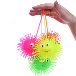 Вел упругий шарик онлайн-2017 светодиодные светоизлучающие Еж плюшевые мяч эластичный мяч Hlashing волосатые мяч вентиляционные игрушки Детские игрушки 24 шт./лот