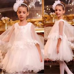 Capes bianche delle ragazze online-2017 Bella principessa bianca Flower Girl veste una linea di pizzo Appliqued Capes Bambini Lunghezza ginocchio indossa per matrimoni Abiti prima comunione