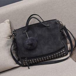 Borse europee di pelliccia online-Grande borsa 2019 nuova moda retrò europeo e americano borsa rivetto borse borsa a tracolla di pelliccia selvatica palla borsa a tracolla