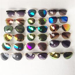 lunettes de soleil de vente en gros Promotion 20 PCS Vente en gros vente chaude style classique lunettes de soleil femmes et hommes moderne plage lunettes de soleil Multi-couleur lunettes de soleil 2017