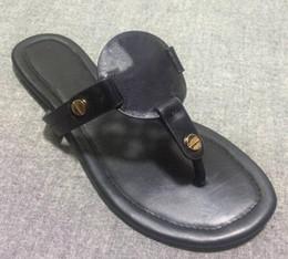 2019 hombres de látex de cadena 2017 ventas calientes modelos femeninos Zapatilla de piel de oveja Clip de dedo del pie sandalia de piel de oveja Patentes de cuero de gran tamaño 34-42