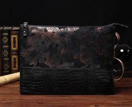 фабрика продаж окрашенные мужчины Марка сумка Ручная сумка кожа мужчины личность мозаика одно плечо сумка Сумка ретро камуфляж cheap paints camouflage от Поставщики краска камуфляж