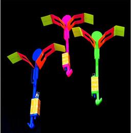 Atacado incrível levou voando peças de brinquedos de pára-quedas voando seta helicóptero brinquedos de natal do dia das bruxas piscando voando arrow brinquedo iluminado supplier parachute toy wholesale de Fornecedores de brinquedo de pára-quedas por atacado
