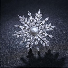 Wholesale Snow Brooch - Fine crystal snow collar Needles high - end jewelry brooches European and American pearl corsage blouse small pin collar deduction accessori