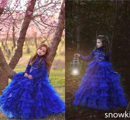 wunderschöne linie blume spitze hochzeitskleid Rabatt Herrliche blaue Mädchen-Festzug-Kleider schnüren sich lange Hülsen eine Linie abgestufte Spitze-Blumen-Mädchen-Kleider für Hochzeits-KinderPartei-Kleider