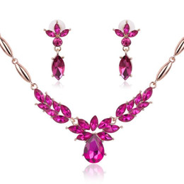 Orecchino di rosa collana di rosa online-Luxury Rhinestone Crystal Flower Statement Necklace Earrings set Set di gioielli da sposa da sposa Accessori donna Green Blue Rose red