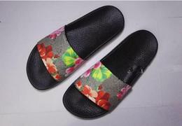 nueva moda para hombres y mujeres moda flor roja flores impresión deslice sandalias unisex causal zapatillas de verano playa al aire libre desde fabricantes