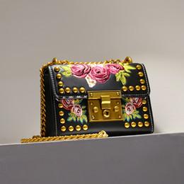 Bolsos blancos negros de la flor online-2019 Moda Mujer Dama Remaches Bordado Flores Cadenas PU Bolsos de cuero Bolsos de hombro Messenger Bag Negro Bolso Blanco Q0759