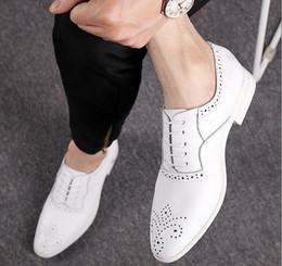 Wholesale Cut Out Homecoming Dresses - 2017 New Fashion White bullock Shoes British designer Mens Loafers Dress Shoes Casual Homecoming Wedding Shoes Sapato Social