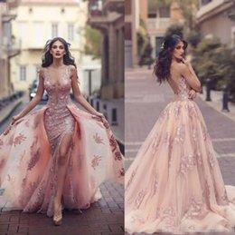 Vestidos de noite on-line-Árabe Árabe Blush Rosa Sereia Vestidos de Noite 2018 Top Quality Sheer Backless V Pescoço Apliques com Capes Longo Prom Partido vestidos Divididos