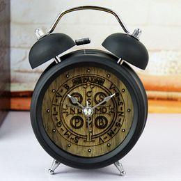 Argentina Al por mayor-moderno diseño de madera 3D Craved reloj despertador creativo Metal doble campana reloj Retro Europa al lado del reloj de escritorio decoración del dormitorio cheap modern metal clock Suministro