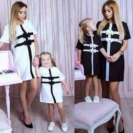 мать дочь плавает лук Скидка 2017 новый летний мать дочь наряд черно-белый плед лук платье 2 цвета семьи соответствующие наряды