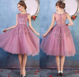 Wholesale cheap cocktail prom dresses - 2018 New Crew Neck Lace Below Knee Cocktail Homecoming Party Dresses Organza Lace Applique Beaded Short Prom Gowns Bridesmaid Dress Cheap