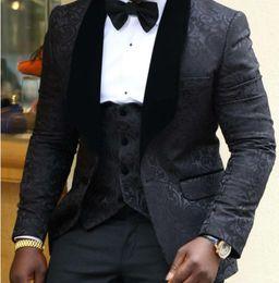 2019 groomsmen tuxedo argento nera One Button Black Groom Smoking Scialle Bavero Groomsmen Best Man Abiti da uomo Mute Prom (Giacca + Pantaloni + Vest + Tie) NO: 3346 sconti groomsmen tuxedo argento nera