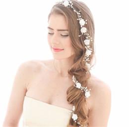 Tocado de cadena de perlas online-Novia de la boda de la flor blanca diadema tiara de la corona de pelo cristalina del Rhinestone de la joyería de la cadena de perlas pelo de la venda accesorios de plata Celada