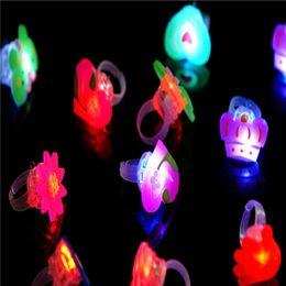 2019 presentes do natal do divertimento Crianças Dos Desenhos Animados LED Luz Piscando Acima de Incandescência Anel de Dedo Eletrônico de Natal do Dia Das Bruxas Bebê Fun Brinquedos Presentes Do Partido para As Crianças desconto presentes do natal do divertimento