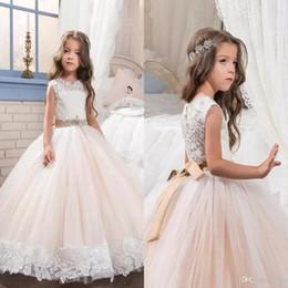 Белый пол длина детские платья онлайн-Маленькая Королева платье цвета слоновой кости белые кружева длина пола цветочница платья свадьба бисером талия детская коллекция платье BA6333