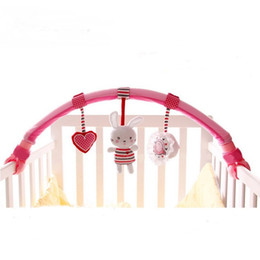 Оптовая торговля-детские игрушки детская кроватка коляска розовый плюшевый кролик путешествия арка игрушка бар с погремушкой BB устройства cheap rabbit device от Поставщики кроличье устройство