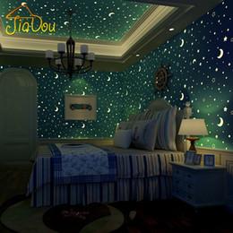 tinta branca chinesa Desconto Atacado-Luminous Papel de parede Estrelas rolo não-tecidos e os meninos lua e meninas quarto de crianças Quarto de teto fluorescente Wallpaper Decor