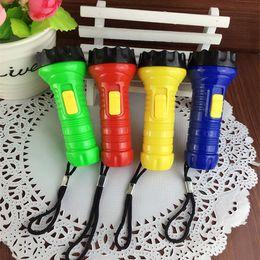 2019 маленькие пластиковые фонарики Пластиковый брелок для ключей светодиодный, фонарик, маленький Фонарик, светодиодный светильник небольшой подарок, ключ пряжки, маленький фонарик дешево маленькие пластиковые фонарики