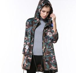 Argentina 2017 primavera nueva señora chaqueta con capucha cazadora estilo coreano mariposa bordado ejército camuflaje chaquetas Suministro
