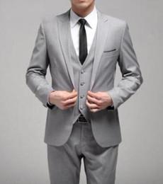 Um terno lateral on-line-Slim Fit Estilo Cinza Claro Custom Made Um Botão Do Noivo Smoking Fenda Lateral Groomsmen Homens Ternos De Casamento / Jantar (Jacket + Pants + Tie + Vest)