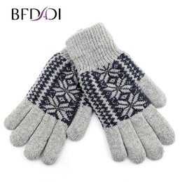 Wholesale acrylic snowflakes - Wholesale- Winter Snowflake Pattern Wool Men's Division Means That The Qhole Line Of Outdoor Warm Gloves Plus Villus Free Shipping