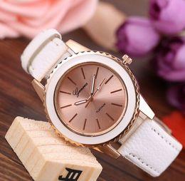Pulseiras vogue on-line-Mais novo Genebra Quartz Relógio De Couro Colorido Banda Analógico De Quartzo relógios Vogue Diamante Flor Shell Pulseira Relógios