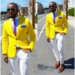 blaue silberne gestreifte krawatte Rabatt Neue Ankunft Männer Anzüge hohe Qualität Grade Revers Smoking Hochzeit beste Mann Anzug benutzerdefinierte gelbe Jacke und weiße Hose