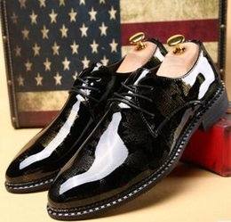 Wholesale Low Heel Gold Glitter Shoes - New winter men's business casual wingtip shoes paint bright surface British fashion wedding shoes stylist wet shoesNew winter men's business