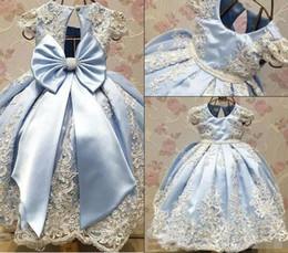 Vestido de cinta grande online-2018 recién llegado de color azul claro vestidos de niña de las flores para la boda Vestidos hermosos de primera comunión con encaje bordado lazo grande de la cinta Desgaste del desfile