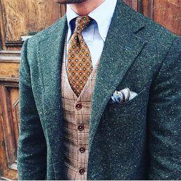 Argentina 2019 Traje de tweed de Donegal punteado verde para hombre Traje de tweed para hombre marrón personalizado Traje de hombre de un solo pecho a medida Muesca solapa (chaqueta + pantalón + chaleco) cheap green tailored jacket Suministro