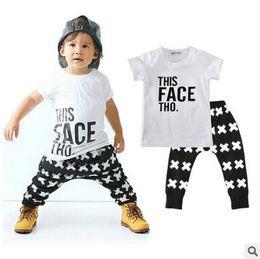 Nueva Llegada Niños Camiseta + Pantalones de Dos Piezas Traje de Niños Conjuntos de Ropa de Algodón de Little Boy Camiseta Blanca Pantalones Negros Establece El Envío Gratuito desde fabricantes