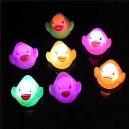 Plastica lampeggiante online-Bagnetto bambino anatra bagno cambiando LED lampeggiante giocattolo galleggiante anatra con vasca doccia giocattolo 1000pcs OOA3175