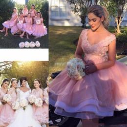 Boho brautkleid tüll rüsche online-2018 Kurze Boho Brautjungfer Kleider V-Ausschnitt Hochzeit Gast tragen Rosa Tüll 3D Blumenspitze Appliques Tiered Rüschen Trauzeugin Kleid