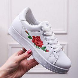 Продажа дешевые новые низкие плоские туфли для круглой головы отпечатки вышитые тернистые розы Женские сандалии euramerican мода повседневная обувь cheap roses shoes от Поставщики розы