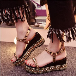 Chaussures habillées à rayures rouges à vendre-New Fashion Gold Studded Summer High Heel Wedges Sandales Red Leather Sole Luxe Marque Femme Casual Dress Sandals Chaussures