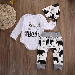 3 pezzi inverno casual abbigliamento bambino pantaloni + pagliaccetto +  cappello 2017 neonato neonato baby boy bianco bambino carino modello orso  vestito di ... 3667372ddc1