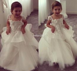 Abiti baby carino per matrimoni online-Cute Ball Gown Flower Girl Dresses For Weddings Vintage 3D Floral Appliqued Little Baby Gowns 2017 Lace Baby Baby Abiti da prima comunione