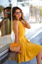 cinturón corto vestido amarillo Rebajas 2017 Verano Vintage Boho Elegante Vestido de Gasa Amarillo Mujeres Corto mini Vestido de Playa Suelta Sin Mangas Vestidos ocasionales con cinturón 170906
