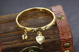 gold überzogenes babyarmband Rabatt Gut Kostenloser Versand Schöne schmuck 18 karat vergoldet armband herz glocke baby kinder armreif 5,4 ''