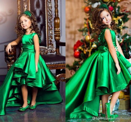 vestido de cuello alto verde esmeralda Rebajas Nuevo diseño Emerald Green Satin Girls Pageant Vestidos Cuello redondo Mangas cortas Niños Celebrity Dresses 2017 High Low Flower Girls Gowns