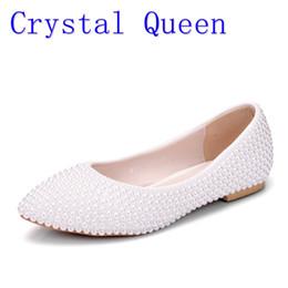 Pisos de novia cómodos online-Crystal Queen zapatos de mujer Nueva señora hecha a mano blanco perla zapatos de boda plana moda Sexy cómodo vestido nupcialZapatos