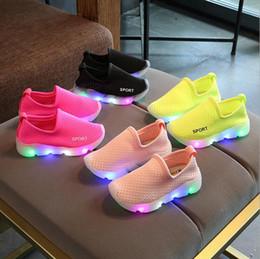 2019 scarpe da ginnastica carina Moda europea infantile tennis incandescente LED per bambini scarpe cool ragazze ragazzi scarpe carino vendite calde sneakers per bambini solido scarpe da ginnastica carina economici