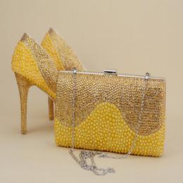 bolso de los zapatos de la boda del rhinestone del oro Rebajas 2017 el más nuevo diseño único perlas de oro con los zapatos del Rhinestone con el bolso a juego 1.57 pulgadas plataformas mujeres Stiletto zapatos de boda nupcial