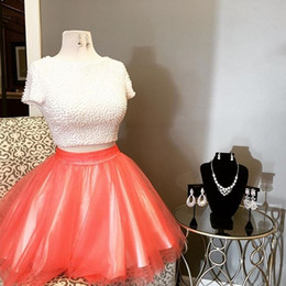 Weißes schaufelhals-t-shirt online-Two Piece White Coral Homecoming Dresses Scoop Neck Short Sleeves Pearled Tulle Satin Plus Size Party Dresses Cute Short Prom Dresses