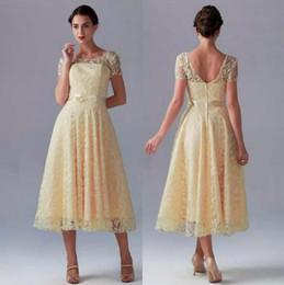 Venta caliente Amarillo Vestidos de dama de honor Cortos Bastante Nuevo Encaje Sheer Cuello redondo Mangas cortas con lazo de arco en té Longitud A-line Cremallera vestido desde fabricantes