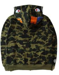 2018Tide Felpe Uomini di marca Autunno e Inverno Nuovo modello Shark Personalità Via Militare vento Camouflage Cappotto allentato Abito maschile vestito cheap winter camouflage dresses da abiti camouflage invernali fornitori