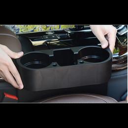 Los titulares de teléfono de plástico online-Caja de almacenamiento de la caja del asiento del coche Plásticos negros Taza de agua automática Organizadores de bolsillo del teléfono móvil Soporte de la ranura del asiento del automóvil Almacenamiento de la estiba
