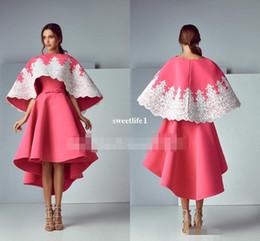Heißes rosa hallo kleid online-Saiid Kobeisy 2019 Pink Prom Abendkleider Cowl Back A-Line Jewel White Lace Hallo-Lo Arabisch Dubai Abendkleider Kleid für Party Wear